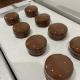 キャラメルマカロンのチョコレートがけ 作っています。