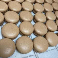 もうじき「塩キャラメルマカロンのチョコレートがけ」を単品販売します。